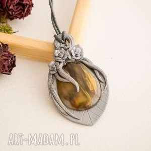 Różany wisior w srebrnej oprawie, wisior, naszyjnik, róże, róża, polymerclay, dlaniej