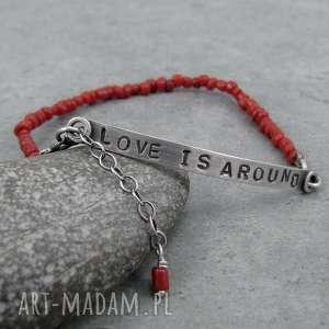 Love is around and coral, z-napisem, personalizowana, blaszka, surowa, love,