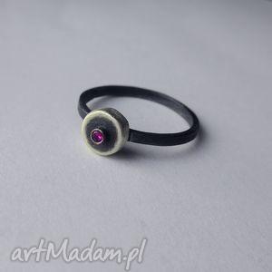 okrąg pierścionek, srebro, cyrkonia, oksydowane biżuteria