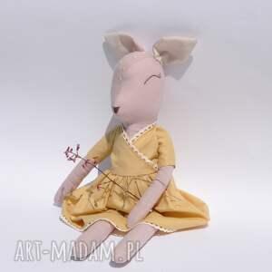 sarenka w miodowej sukience, sarenka, bawełna, len, bambi, przytulanka, lalka, pod