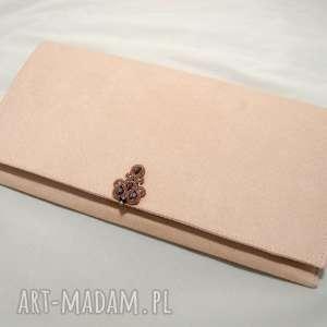 torebka kopertówka z ozdobą sutasz, sznurek, pudrowy-róż, komplet, kolczyki