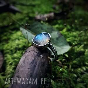 pierścionek z niebieskim ogniem, błyszczący, kobiecy, geometryczny, tajemniczy