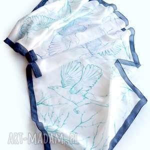 Biały szal jedwabny sroki ręcznie malowany z granatową ramką