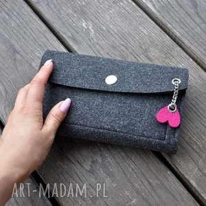 Filcowy portfel - grafitowy z różowym sercem portfele beltrani