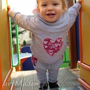 ubranka spodnie dresowe szare z różowym sercem, wygodne, modne, bawełniane, kieszeń