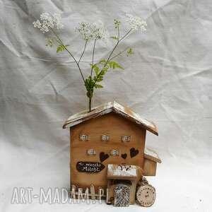 pracownia na deskach brązowy rustykalny domek z menzurką, drewna