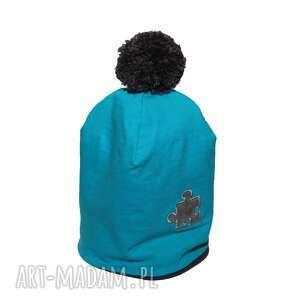 hand-made czapka niebieska z szarym pomponem i puzlem