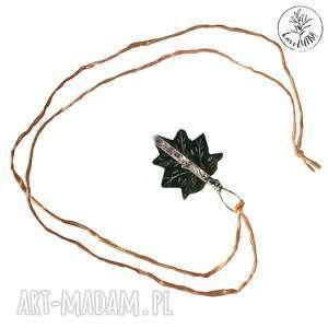 wisior liść na jedwabiu, technika-tiffany, liść, jedwab, folk, długi-naszyjnik
