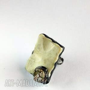 pierścień koneserski jaspis gigant na palcu dla kochającej wielkie unikatowe