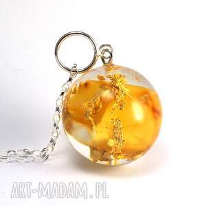 Naszyjnik z jasnym bursztynem i płatkami złota, żywica, bursztyn, złoto, srebro