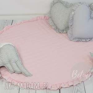 Mata z falbanką pikowana pudrowy róż dywanik pokoik dziecka
