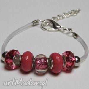 różowa bransoletka z transparentnej linki kauczukowej koralikami ze szkła