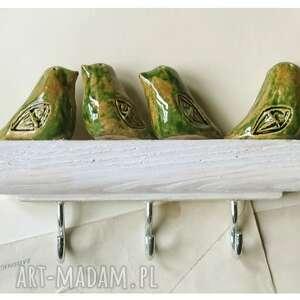 ceramika wieszak z zielonymi ptaszkami na bielonym drewnie, ceramika