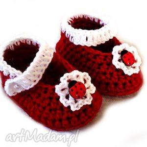 ręcznie robione buciki buciki szydełkowe dziewczęce z biedronką i kwiatuszkiem