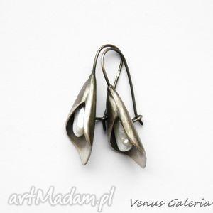 kolczyki srebrne - lilie z białą perłą