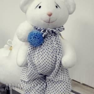 handmade dekoracje biały miś w ubranku