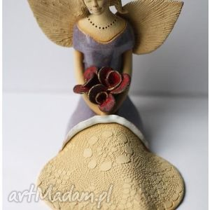 hand-made ceramika anioł rozłozysty z bukietem róż