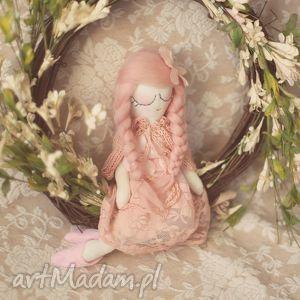 hand-made zabawki bajka wiosenna - różana wróżka w pelerynce