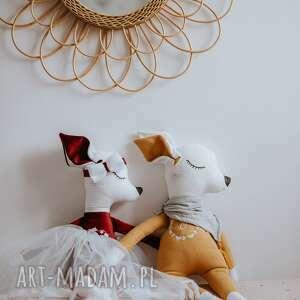 Śliczna sarenka w spódniczce z opaską i ozdobnym haftem literą