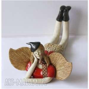 Anioł leżący z szaliczkiem w kropki, ceramika, anioł