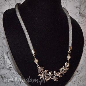 naszyjnik perłowy z gałązką - elegancja