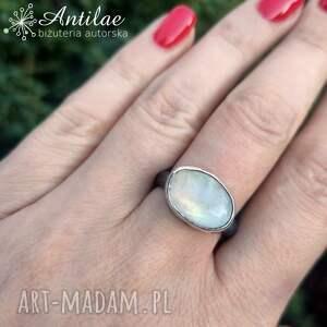 delikatny pierścionek z połyskującym kamieniem księżycowym, r 15, kamień