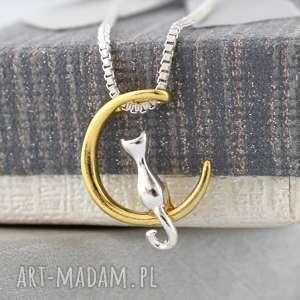 dwukolorowy wisiorek - kot na księżycu, naszyjnik, kot, księżyc, dwukolorowy, prezent