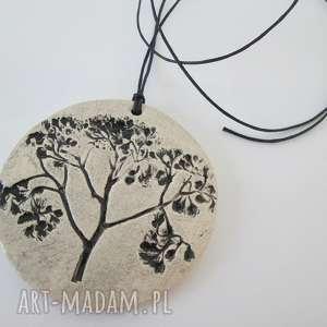 ceramiczny wisior z roślinką, wisiorek, ceramika, naturalny, roślinny