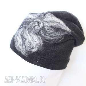 Prezent czapka wełniana filcowana czarna , wełna, czarna, zima, merynosy, kwiaty