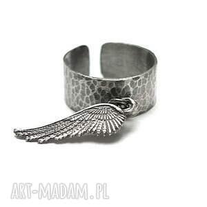 Angel vol. 2 - pierścionek, srebro, oksydowane, skrzydło, metaloplastyka