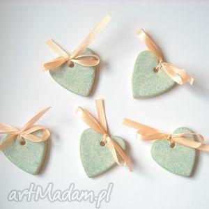 ręcznie robione pomysły na upominki świąteczne ceramiczne serca - zawieszki choinkowe