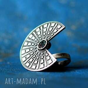 duży srebrny pierścionek regulowany z karborundem nefre