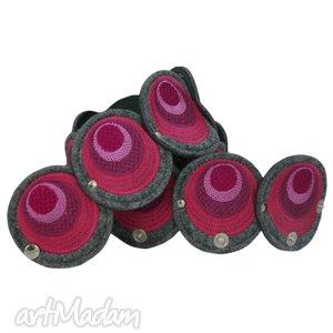 pasek z haftowanych elementów w odcieniach różu - pas, pasek, haft, filc