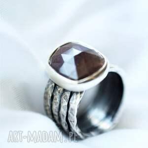 srebrny pierścionek z rubinem, pierścień minerałem, biżuteria minerałami