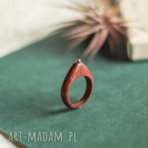 czerwony pierścionek z peridotem, peridot, drewniany