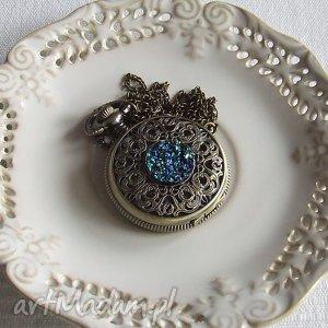 zegarki zegarek wisior medalion na łańcuszku vintage migocząca żywiczna druza