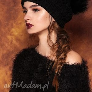 czapki czarna czapka z pomponem, czapka, pompon, welniana, nazime, najesien