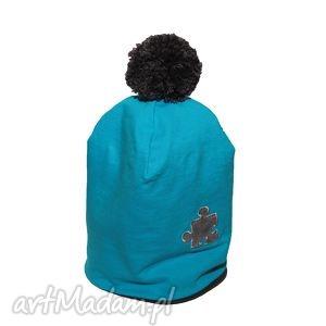 Niebieska czapka z puzzlem i pomponem, czapka, puzzel, pompon