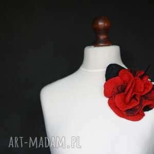 czerwona broszka z wełny czesankowej - broszka, przypinka, kwiat, filcowanie