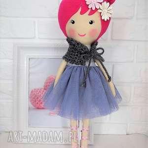 duża baletnica w szarościach, lalka, zabawka, przytulanka, prezent, niespodzianka
