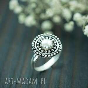 Srebrny pierścionek z naturalną perłą i kuleczkami pracownia