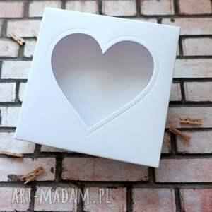 prezent na święta, pudełko z sercem, kartkę, kartka w pudełku