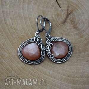 Kolczyki brzoskwiniowy kamień księżycowy, wire wrapping, stal