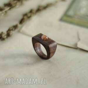 elegancki drewniany pierścionek z kamieniem słonecznym