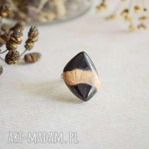 czarny pierścionek z drewna i żywicy, regulowany