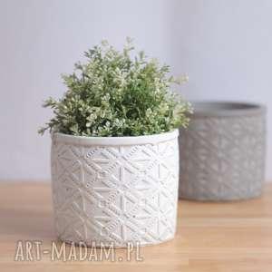 betonowa duża biała donica o oryginalnym wzorze, osłonka na kwiaty wykonana
