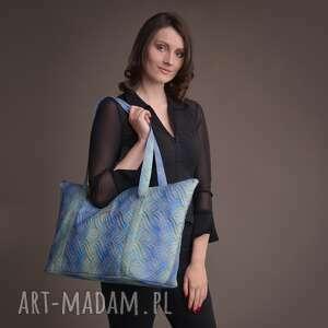 duża torba pikowana z materiału w kolorze błękitno-turkusowym ze złotą mandalą