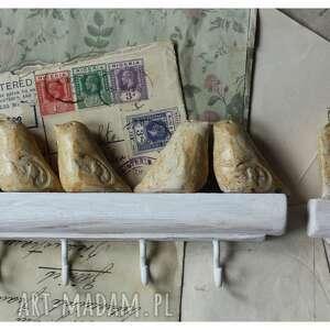 zestaw wieszaczków w beżowej tonacji, ceramika, wieszak, drewno, ptaszki, domek