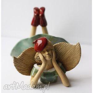 Anioł leżący w czerwonej beretce ceramika wylegarnia pomyslow