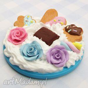 handmade lusterko ze słodkościami milka ciastka róże